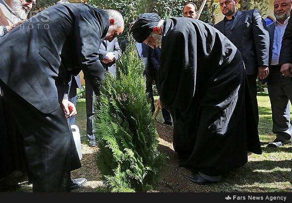 مقام معظم رهبري در حال درختكاري اسفند92