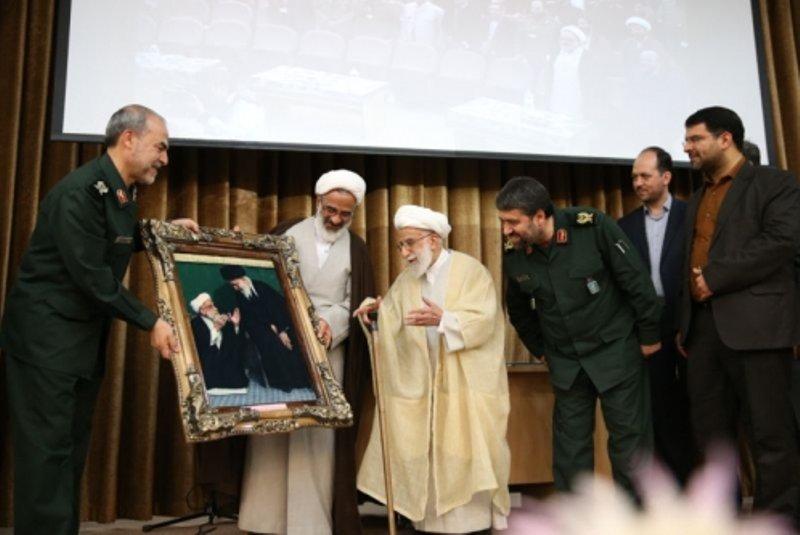 تابلویی که سپاه به آیت الله جنتی هدیه داد +عکس