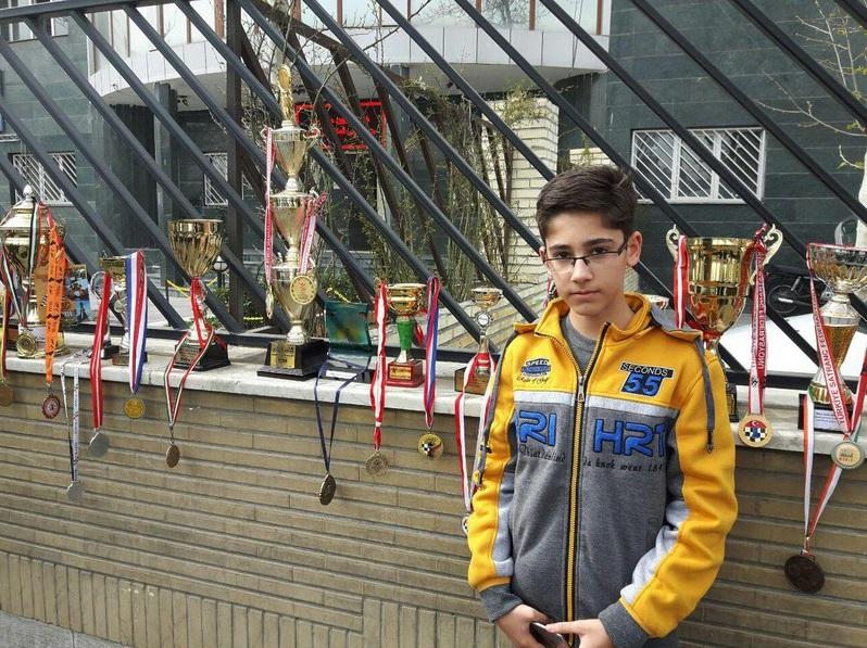 تحصن یک شطرنجباز مقابل درب فدراسیون همراه مدالهایش(تصاویر)