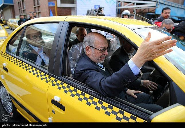 عکس/ وزیری که تاکسی سوار میشود!