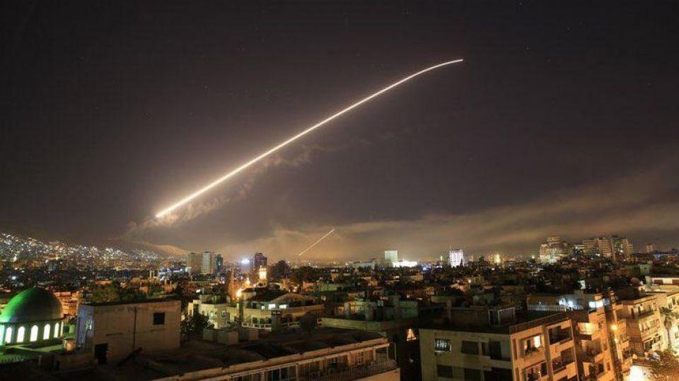 تصاویر/ پدافند هوایی دمشق هنگام مقابله با تجاوز نظامی به سوریه