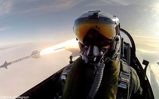خلبان  اف ۱۶ نیروی هوایی سلطنتی دانمارک