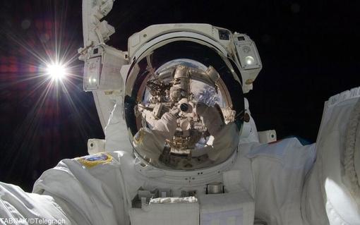 عکس جالب فضانورد کریس هد فیلد بر فراز کره زمین
