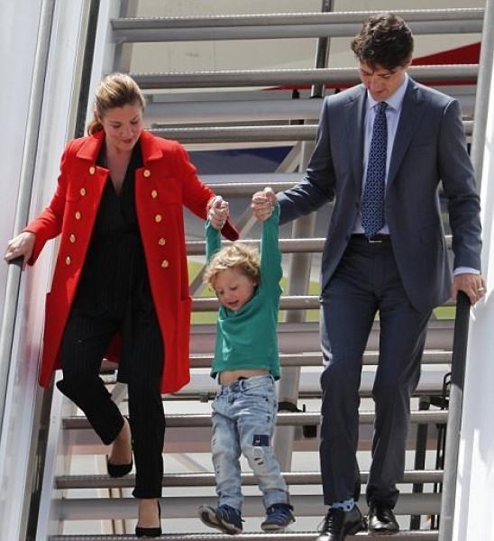 پیاده کردن فرزند از هواپیما به سبک نخستوزیر +عکس